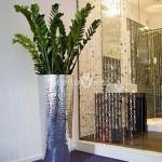 Ghivece si vase decorative metalice: forme simple si clare, finisaje rafinate